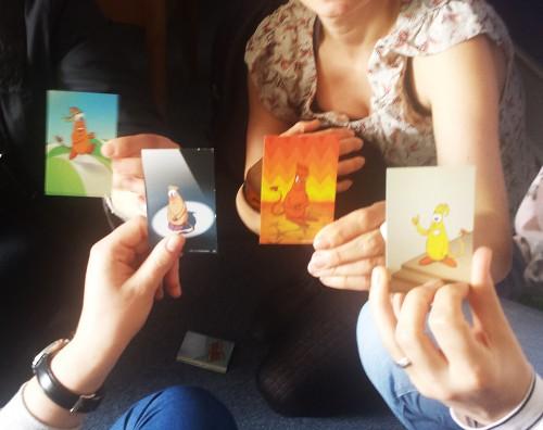 Die Gefühlsmonster®-Karten verdeutlichen, dass wir in der gleichen Situation ganz unterschiedliche Gefühle haben können.